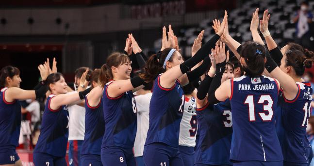 <YONHAP PHOTO-3048> [올림픽] '함께 만든 4강행'    (도쿄=연합뉴스) 이지은 기자 = 4일 일본 아리아케 아레나에서 열린 도쿄올림픽 여자 배구 8강 한국과 터키의 경기에서 승리, 4강 진출에 성공한 한국대표팀이 하이파이브를 하며 기뻐하고 있다. 2021.8.4    jieunlee@yna.co.kr/2021-08-04 12:20:17/<저작권자 ⓒ 1980-2021 ㈜연합뉴스. 무단 전재 재배포 금지.>