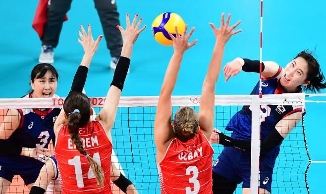 2020 도쿄올림픽 여자 배구 8강 대한민국과 터키의 경기가 4일 아리아케 아레나에서 열렸다. 대표팀 박정아가 터키의 블로킹 수비 사이로 스파이크를 성공시키고 있다./스포츠조선
