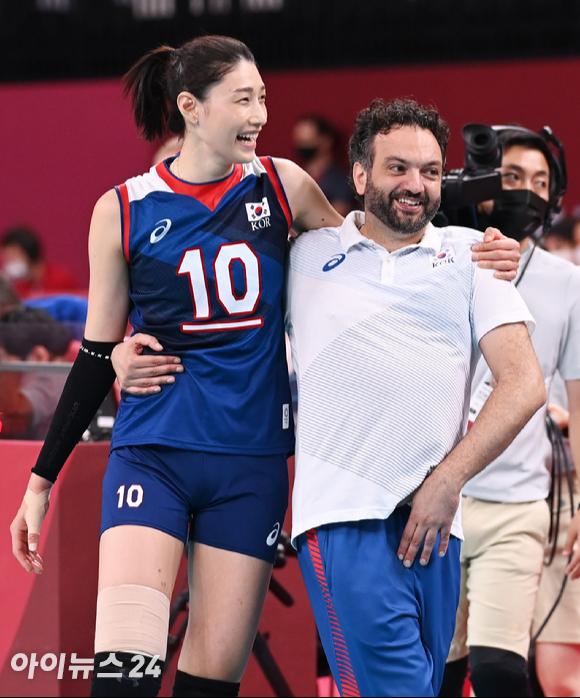 4일 오전 일본 도쿄 아리아케 아레나에서 2020 도쿄올림픽 여자 배구 8강 대한민국 대 터키의 경기가 펼쳐졌다. 3-2로 한국이 승리해 4강에 진출한 가운데 김연경과 라바리니 감독이 기쁨을 나누고 있다. [사진=정소희 기자]