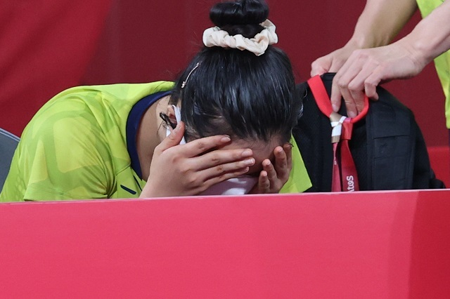 독일에 역전패해 4강 진출에 실패한 대표팀의 신유빈이 아쉬워하고 있다. 연합뉴스