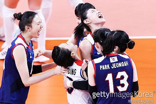 한국 여자배구 대표팀이 강호 터키를 따돌리고 2020 도쿄 올림픽 준결승에 올랐다(사진=게티이미지코리아)