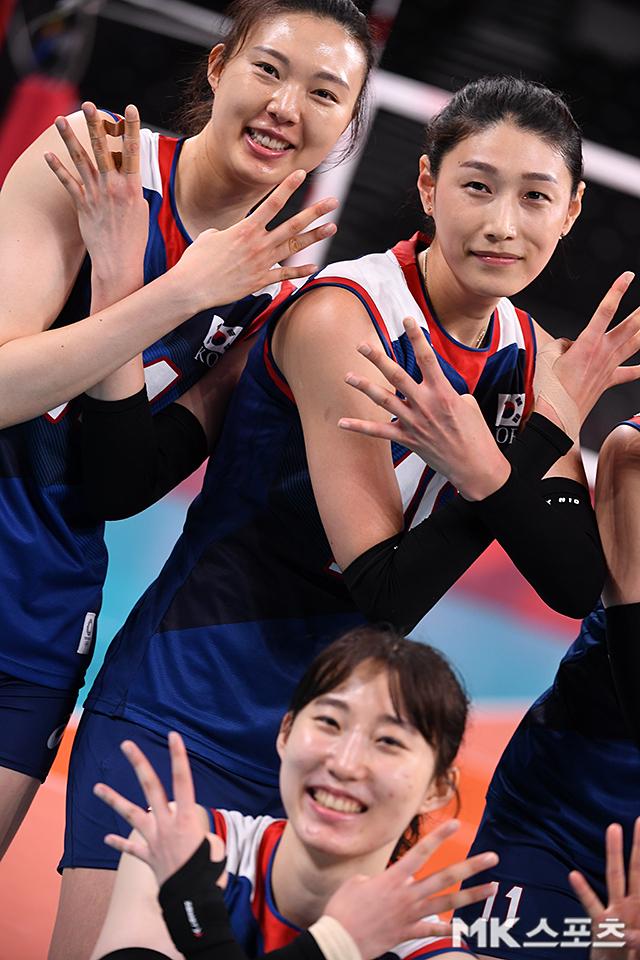 양효진 등 동료들과 승리의 세리머니를 하고 있는 김연경.