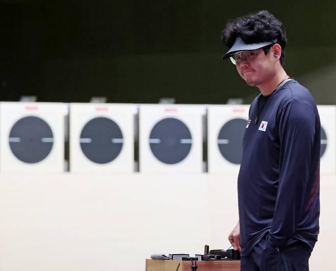 한국 남자 사격 대표팀 한대윤이 2일 도쿄 아사카 사격장에서 열린 도쿄올림픽 남자 25m 속사권총 결선에서 사격을 준비하고 있다. [연합]