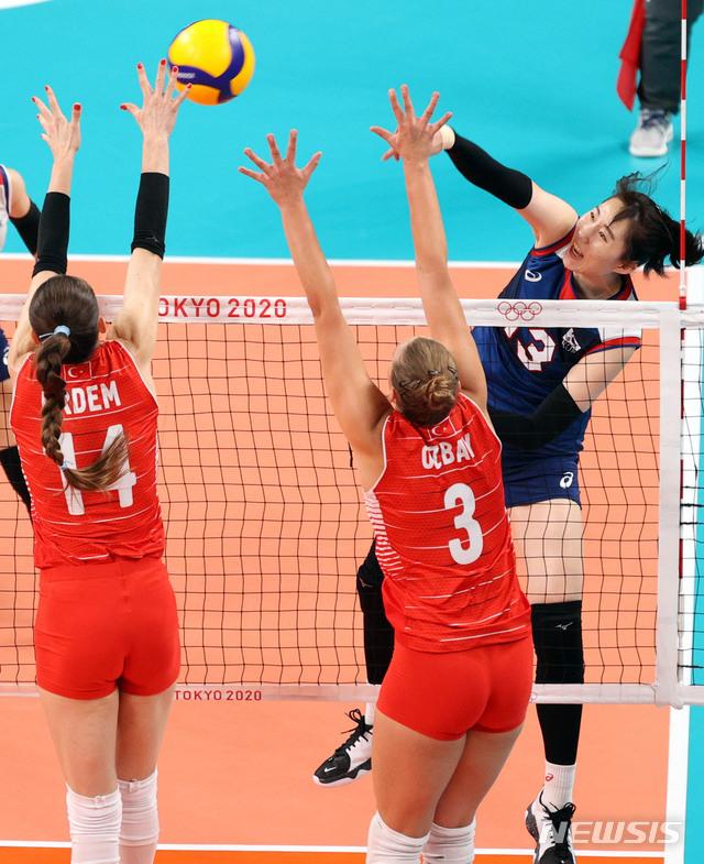 [도쿄(일본)=뉴시스] 이영환 기자 = 4일 오전 일본 도쿄 아리아케 아레나에서 열린 도쿄올림픽 여자배구 8강전 대한민국과 터키의 경기, 대한민국 박정아가 공격을 시도하고 있다. 2021.08.04. 20hwan@newsis.com