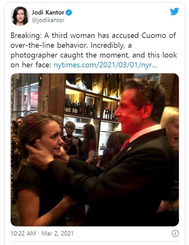 """2019년 9월 뉴욕의 한 결혼식 피로연장에서 쿠오모 주지사에게 원치 않는 신체적 접촉을 당했다는 사진 속 안나 루치(33)는 주지사가 """"키스해도 될까""""라고 묻기도 했다고 폭로했다."""