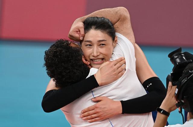 여자 배구 에이스 김연경(오른쪽)이 4일 도쿄 올림픽 8강 승리 뒤 스테파노 라바리니 감독과 포옹하고 있다. /도쿄=권욱 기자