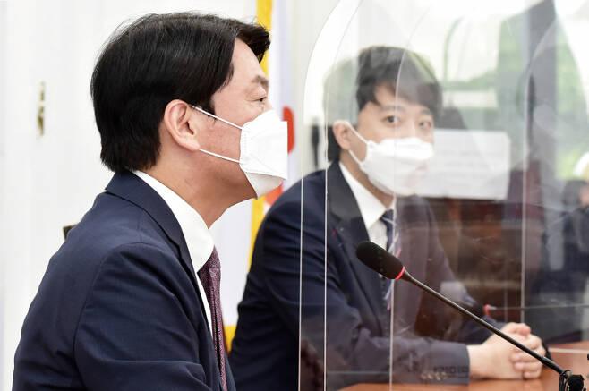 안철수 국민의당 대표와 이준석 국민의힘 대표(오른쪽)가 지난 6월16일 국회에서 회동하는 모습 ⓒ시사저널 박은숙