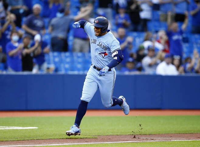 토론토 조지 스프링어가 1회말 선두타자 홈런을 터뜨린 뒤 환호하며 베이스를 돌고 있다. AFP연합뉴스