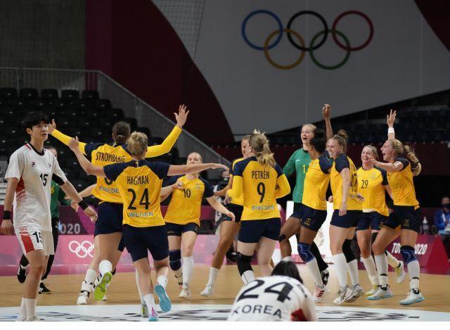 4일 일본 요요기 국립경기장에서 열린 도쿄올림픽 여자 핸드볼 8강 한국 대 스웨덴 경기. 스웨덴 선수들이 39-30으로 대한민국을 꺾고 기뻐하고 있다. 뉴시스