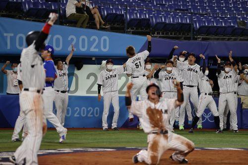 일본 야구대표팀이 지난 4일 도쿄올림픽 한일전 승리로 결승 진출을 확정한 뒤 기뻐하고 있다. 요코하마=김지훈 기자
