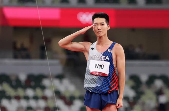 도쿄올림픽 남자 높이뛰기 우상혁이 1일 도쿄 올림픽스타디움에서 열린 결선에서 2m39 바에 최종실패한 뒤 거수경례로 마무리하고 있다.  연합뉴스