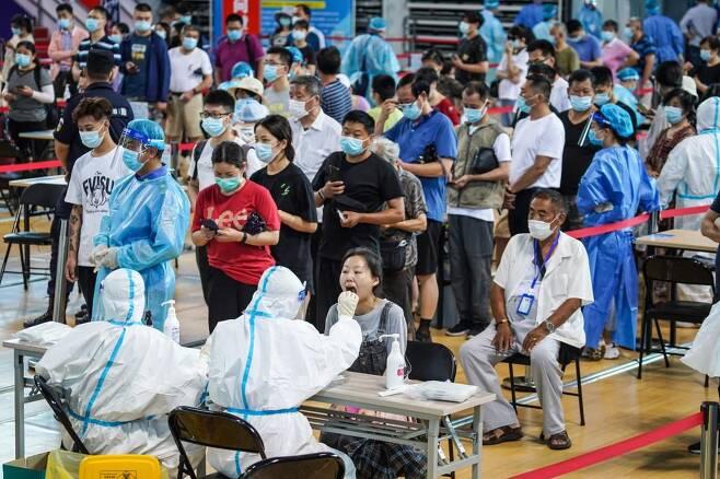 22일 중국 장쑤성 난징시에서 코로나 핵산 검사가 진행되고 있다. /신화 연합뉴스