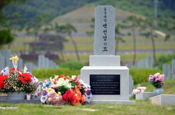 고 백선엽 장군 추모 1주기를 앞둔 지난달 1일 오후 국립대전현충원 장군제2묘역 고인의 묘소에 태극기와 조화가 놓여있다. 프리랜서 김성태