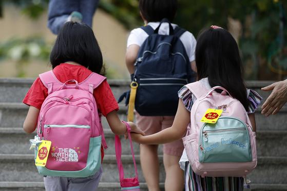(23일오전 서울 시내의 한 초등학교에서 2학기 개학을 맞은 아이들이 등교하고 있는 모습. 뉴스1
