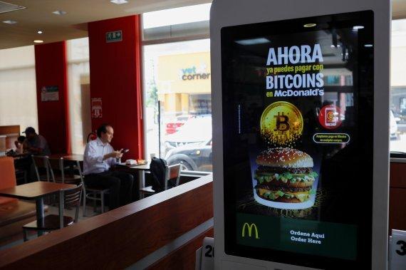엘살바도르의 한 맥도날드 매장에 비트코인 결제를 지원한다는 안내 포스터가 붙여있다. /사진=뉴스1로이터
