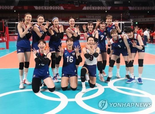 2020도쿄올림픽에서 4강신화를 연출한 여자배구 선수들이 손가락을 활짝 펴며 환한 표정을 짓고 있다. 여자배구 선수들 뒤로 양측에 포스트가 보인다. [도쿄=연합뉴스 자료사진]