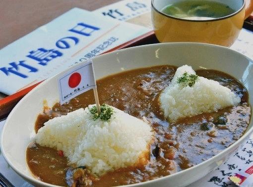 일본 시마네현에서 만든 '독도 카레' 모습. 밥으로 독도 모양을 만들고 중앙에 일장기를 꼽았다. 산인중앙신보