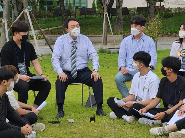 국민의힘 대선주자인 윤석열 전 검찰총장이 13일 안동대학교를 방문해 학생들과 대화하고 있다. 안동=뉴시스