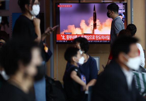 15일 서울역에서 시민들이 북한의 탄도미사일 발사 소식을 접하고 있다. 북한이 이날 오후 중부 내륙 일대에서 동해상으로 탄도미사일 2발을 발사했다고 합동참모본부가 밝혔다(사진=연합뉴스).