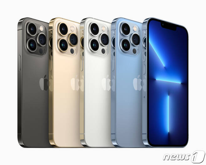 애플이 새로운 '아이폰13'을 공개했다. 카메라 성능이 향상되고 저장용량이 확대되었고 전면의 노치 크기도 전작에 비해 줄어들었다. 사진은 '아이폰13 프로 시리즈' © 뉴스1