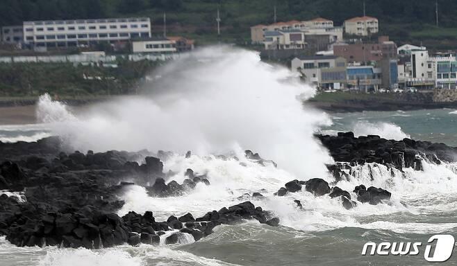제14호 태풍 '찬투(CHANTHU)'가 북상 중인 15일 제주 서귀포시 안덕면 인근 해상에 높은 파도가 일고 있다.2021.9.15/뉴스1 © News1 고동명 기자