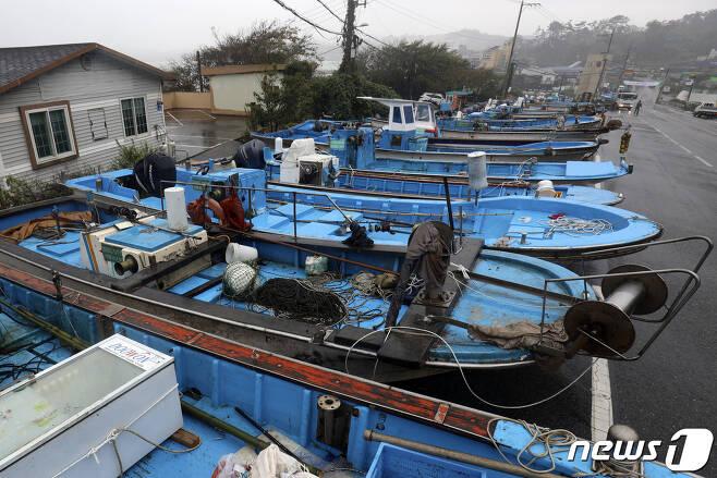 제14호 태풍 '찬투(CHANTHU)'가 북상 중인 14일 울산 울주군 나사항에 정박해 있던 어선들이 주변 도로에 피항해 있다. 2021.9.14/뉴스1 © News1 윤일지 기자