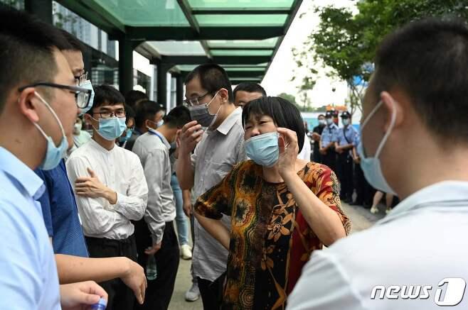 헝다그룹 홍콩 본사 앞에 모인 선분양자들 © AFP=뉴스1