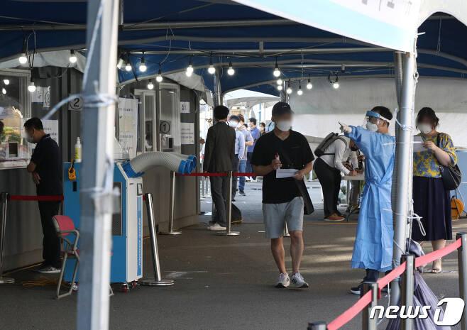 15일 오전 서울역 선별진료소에서 시민들이 신종 코로나바이러스 감염증(코로나19) 검체 검사를 받고 있다.. 2021.9.15/뉴스1 © News1 신웅수 기자