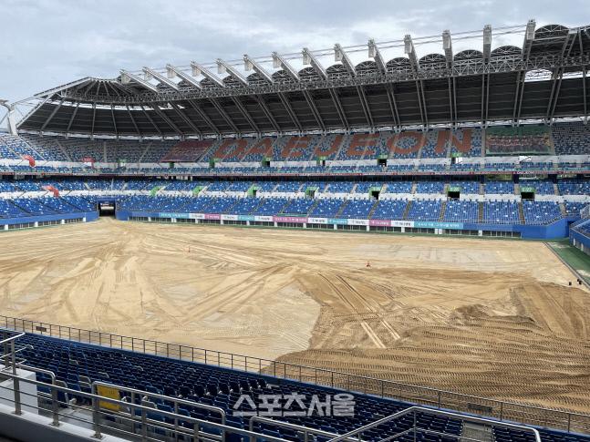 14일 대전월드컵경기장 전경. 토양을 갈아엎는 작업이 마무리되고 있다.대전 | 정다워기자