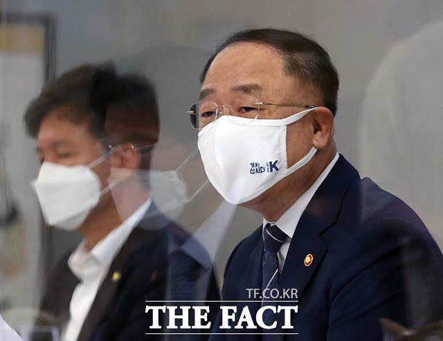 홍남기 경제부총리 겸 기획재정부 장관은 15일 분양가상한제의 불합리한 부분을 개편하고 행정절차를 간소화하겠다고 밝혔다. /더팩트 DB