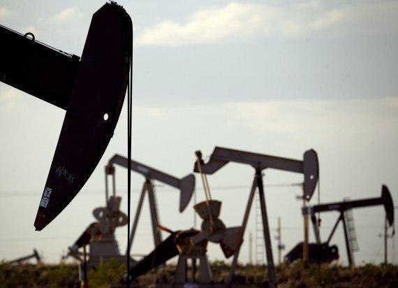 미국 뉴멕시코주의 로빙턴 인근 유전에서 2015년 4월 24일(현지시간) 석유채굴기가 석유를 끌어올리고 있다. 석유채룰 과정에서 대량으로 뿜어져 나오는 메탄가스는 지구온난화 직접 주범 가운데 하나다. AP뉴시스