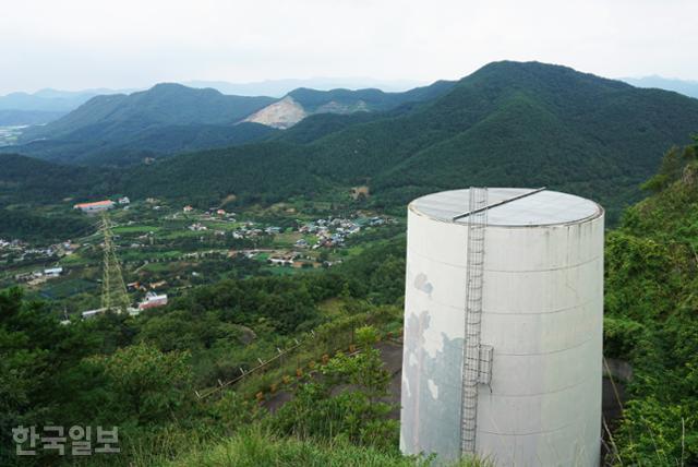 대아저수지 취수탑 뒤로 고산면의 마을 풍경이 보인다. 이곳부터 가파른 산길이 시작된다.