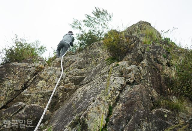 운암산은 가파른 바위산이다. 안전을 위해 등산로 곳곳에 밧줄이 매여 있다.