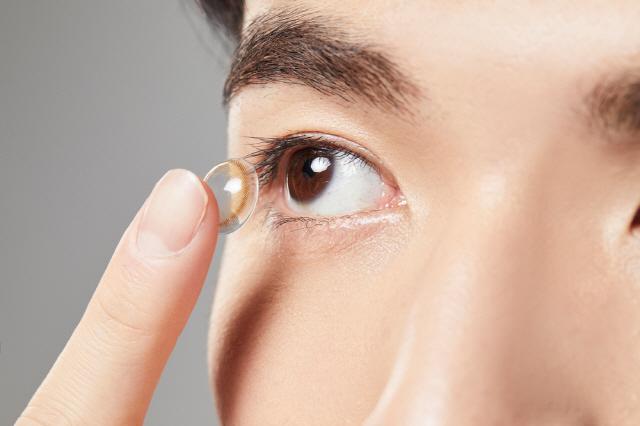 콘택트렌즈를 너무 오랜 시간 착용하면 세균이 번식하거나, 각막부종이 발생할 수도 있다./사진=클립아트코리아