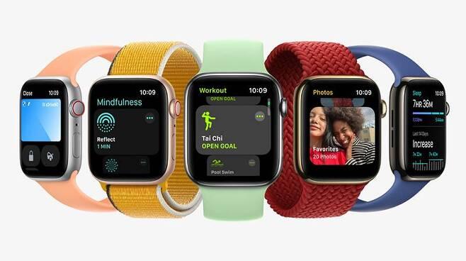 애플워치 시리즈 7은 41mm 및 45mm 밴드를 지원하며, 올 가을에 별도로 출시된다. 출처=애플