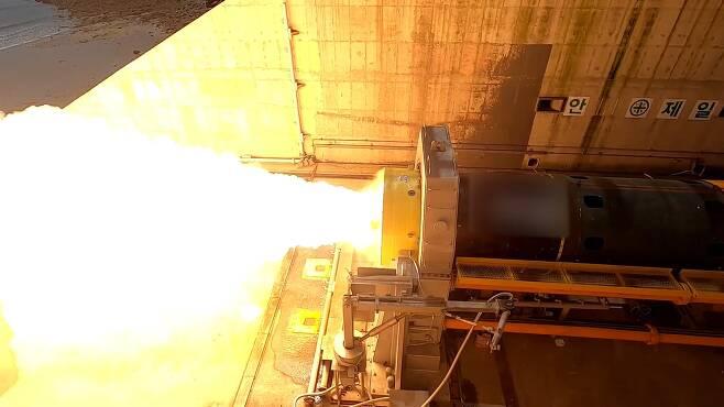 지난달 연소시험에 성공한 우주발사체용 고체추진기관. 국방과학연구소