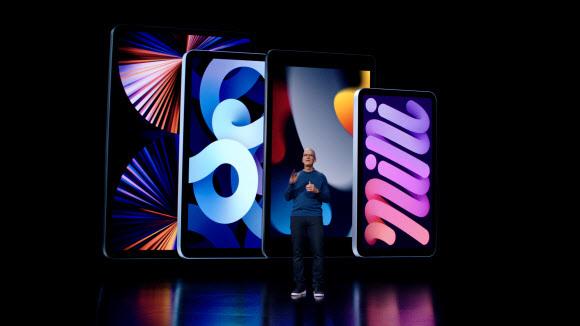미국 IT기업 애플의 팀 쿡 최고경영자(CEO)가 14일(현지시간) 캘리포니아주 쿠퍼티노 애플파크에서 스트리밍 방식으로 개최한 특별 행사에서 아이패드와 아이패드 미니 신제품을 소개하고 있다.애플 제공.