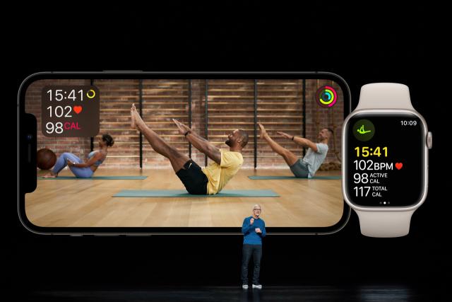 14일(현지 시간) 온라인 이벤트를 통해 애플워치7을 공개한 팀 쿡 애플 최고경영자(CEO)가 홈 피트니스 콘텐츠를 소개하고 있다. /로이터연합뉴스