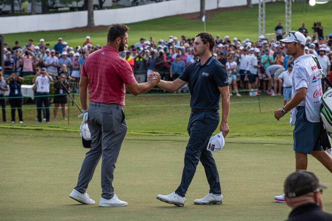 존 람(왼쪽)이 PGA 투어 페덱스컵 플레이오프  최종전 투어 챔피언십에서 1타 차로 패트릭 캔틀레이에 패한 뒤 인사하고 있다. ㅣ게티이미지