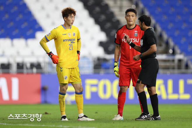 울산 현대 골키퍼 조현우(왼쪽)과 가시아 프론탈레의 정성룡이 승부차기에 앞서 주심과 대화하고 있다. 프로축구연맹 제공