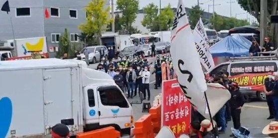 광주 광산구에 있는 SPC 물류센터에서 파업 중인 민노총 화물연대가 대체 차량의 물류센터 진입을 막고 있는 모습. [뉴스1]