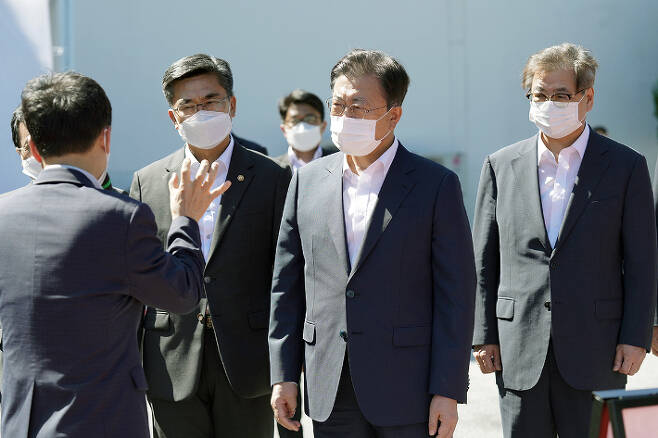 지난 15일 국방과학연구소 미사일전력 발사시험을 참관한 문재인 대통령. 청와대 제공