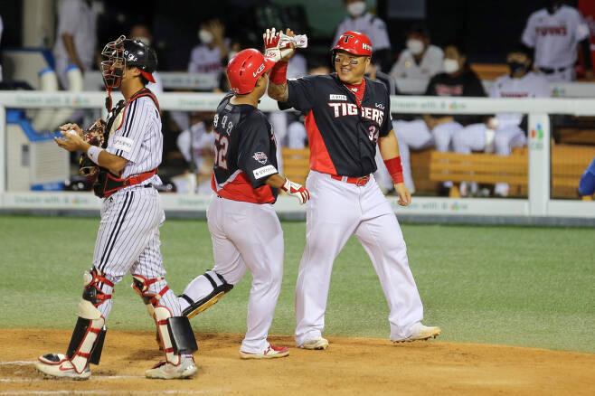 황대인(가운데)이 18일 잠실 KIA 타이거즈-LG 트윈스전에서 홈런을 친 후 최형우(오른쪽)의 축하를 받고 있다.(KIA 타이거즈 제공) © 뉴스1