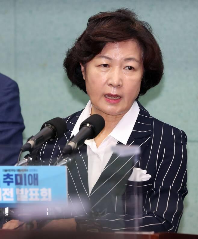추미애 더불어민주당 대선 경선 후보가 17일 전북도의회에서 기자회견을 열고 기자들의 질문에 답변하고 있다. /연합뉴스