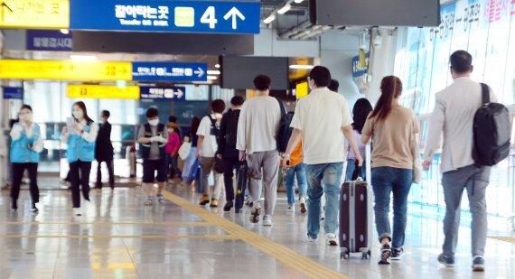 추석 연휴 첫날인 18일 오전 광주 광산구 광주송정역에서 귀성객들이 열차 탑승을 위해 이동하고 있다. /사진=뉴스1화상