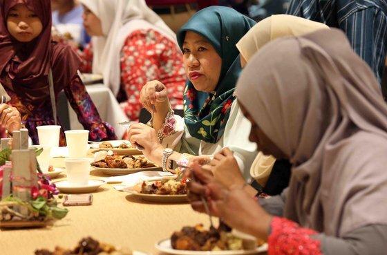 브루나이 국왕은 최대 명절 하리라야 기간에 왕궁을 개방해 국민에게 밥을 먹인다.