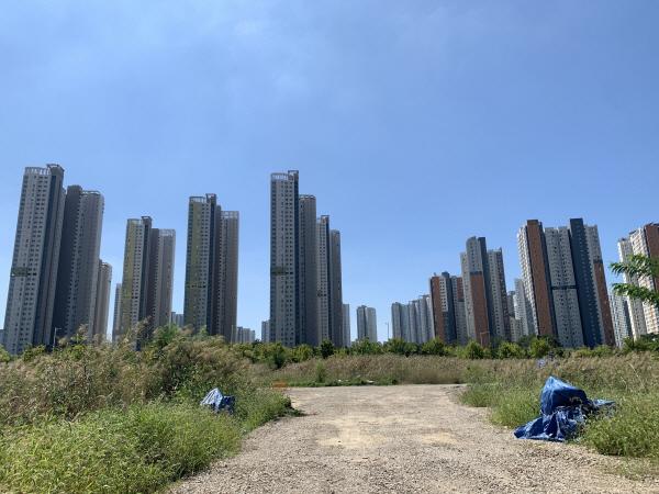 인천시 연수구 송도동 SK바이오사이언스 예상 부지 뒤로 보이는 아파트 단지 [사진 = 최아영 기자]
