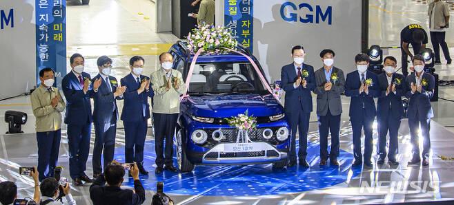 [광주=뉴시스] 변재훈 기자 = 15일 오전 광주 광산구 광주글로벌모터스(GGM) 조립공장에서 광주형 일자리 첫 양산차 '캐스퍼(CASPER)' 1호차가 공개되고 있다. 캐스퍼는 현대자동차와 광주시 등이 설립한 합작법인 GGM이 생산한 현대차 엔트리 SUV 모델이다. 2021.09.15. wisdom21@newsis.com