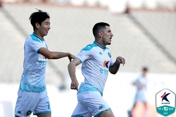 까뇨뚜(오른쪽, 안산그리너스). 한국프로축구연맹 제공