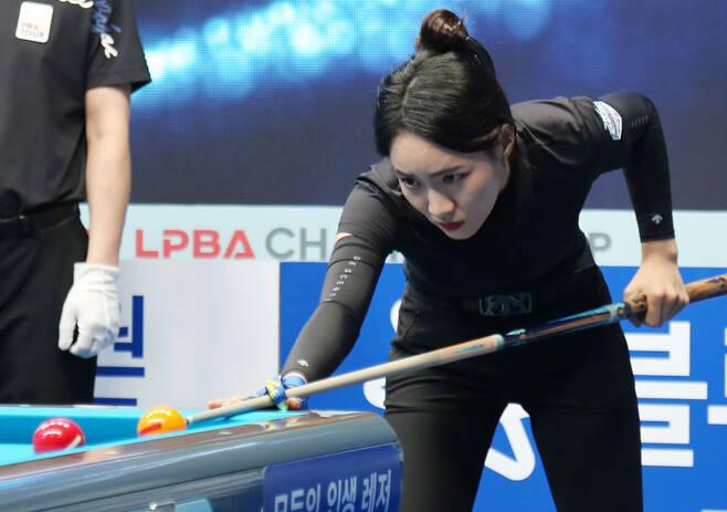 최혜미가 18일 LPBA 투어 스롱 피아비와의 2021-22시즌 개막전인 블루원리조트 챔피언십 8강전에서 적구를 노려보며 타구를 조준하고 있다. [LPBA 제공]